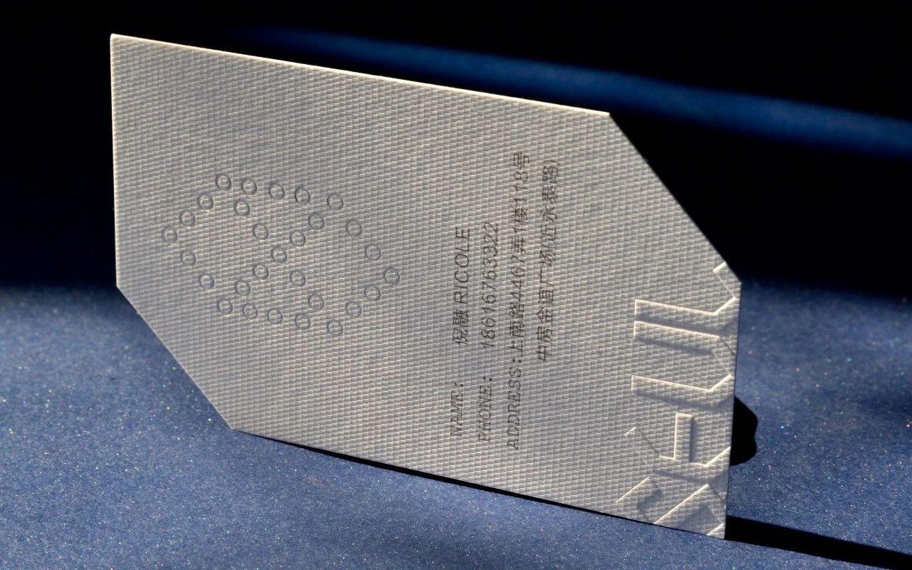 title='高端个性化名片,特殊纸印制,采用了压凸和啤型的特殊工艺'